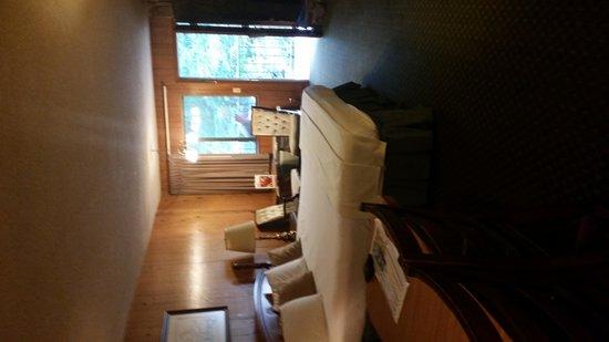 Brookside Resort: King bed deluxe room