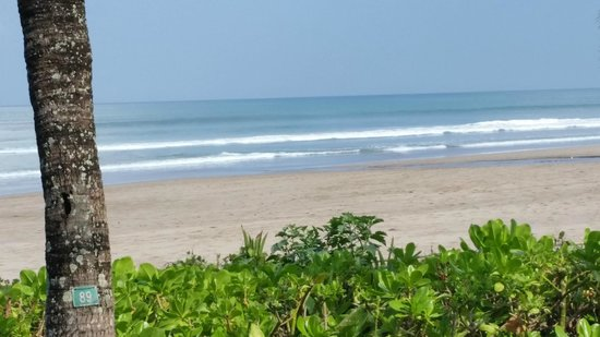 The Oberoi Bali : Beach and surf during breakfast