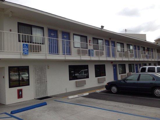 Motel 6 San Ysidro- San Diego- Border: El estacionamiento al pie de las habitaciones
