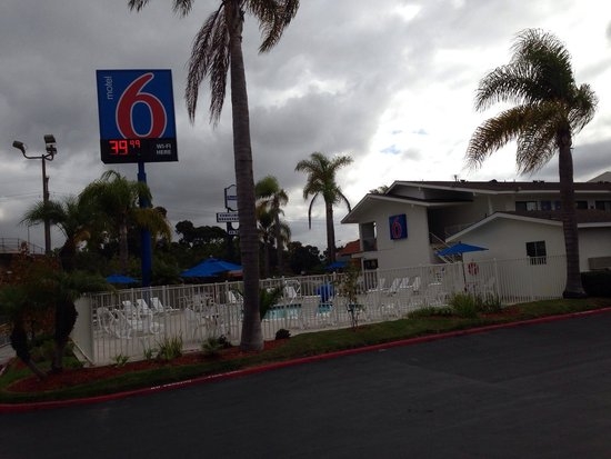 Motel 6 San Ysidro- San Diego- Border: Vista del hotel desde la carretera