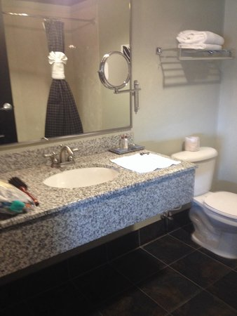 Hawthorn Suites by Wyndham Lubbock: Big bathroom but needs a deep cleaning