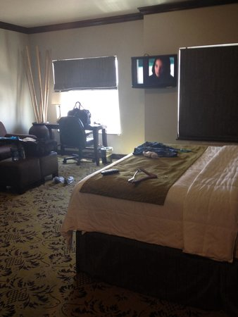 Hawthorn Suites by Wyndham Lubbock: View from bathroom to be bed and  living room