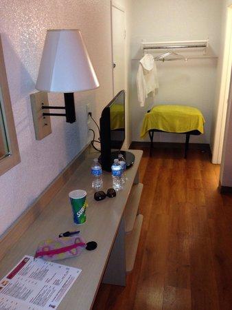 Motel 6 San Ysidro- San Diego- Border: El tocador y parte del closet