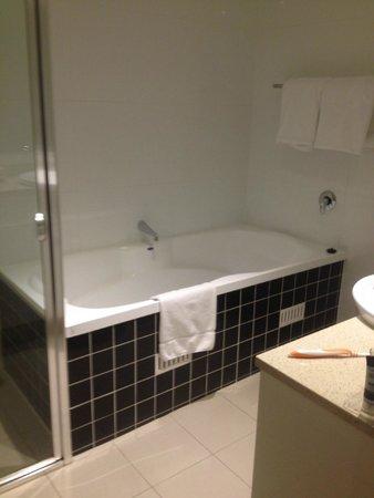Meriton Serviced Apartments George Street, Parramatta : Ensuite in main bedroom