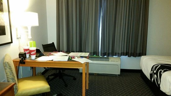 La Quinta Inn & Suites Birmingham Hoover : Large work desk