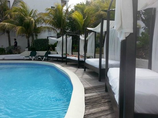 Silver Point Hotel: set of beds by the pool
