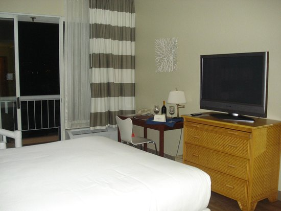Bay Club Hotel & Marina : King Bed, TV, Wine - Ahhhhhh
