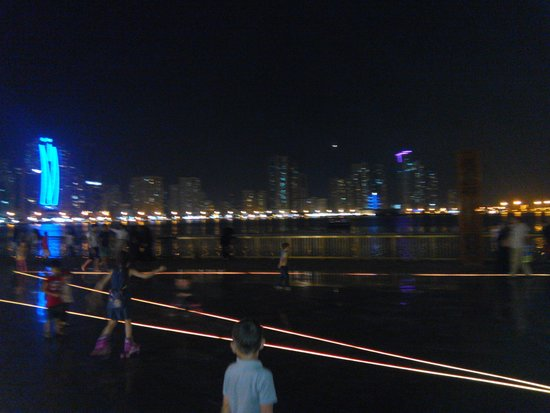 Al Majaz Waterfront: 2