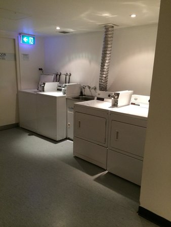 Travelodge Hotel Sydney Wynyard: 乾燥機と洗濯機