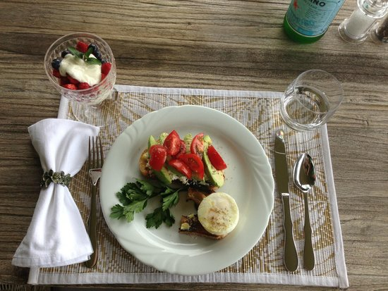 Crowne Pavilions : Breakfast- Fresh avocado, tomatoes, poached eggs on toast, with parfait