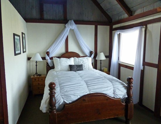 Lucia Lodge : Bed (queen) in cabin #8
