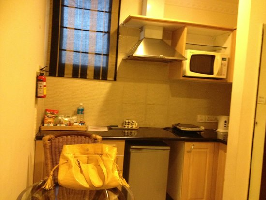 Shilton Suites: Kitchenette attached to the bedroom