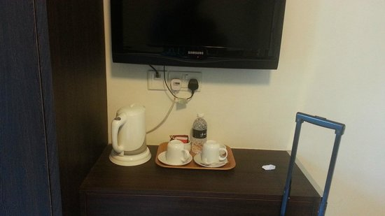 Harbour Ville Hotel: TV and Coffee Maker