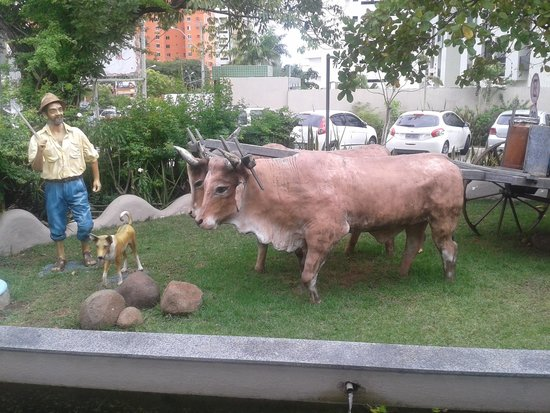 Estátuas no Jardim do Restaurante Mangai - RN