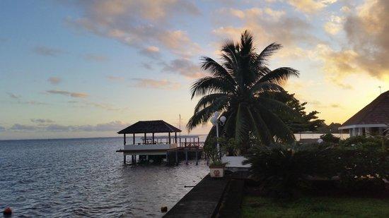 Hiti Moana Villa : Coucher de soleil vu de la terrasse du bungalow