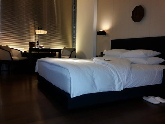 The PuLi Hotel and Spa : bedroom