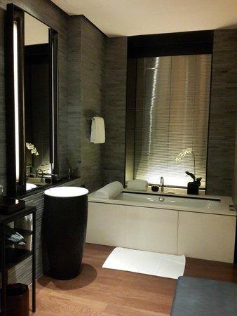 The PuLi Hotel and Spa: Bathtub