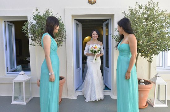 Enigma Apartments & Suites: Bride coming out of her room