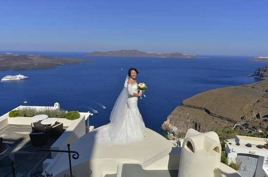 Enigma Apartments & Suites: Bride on rooftop of one of the hotel rooms