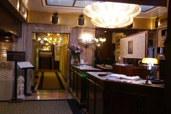 Hotel Saturnia & International : フロント