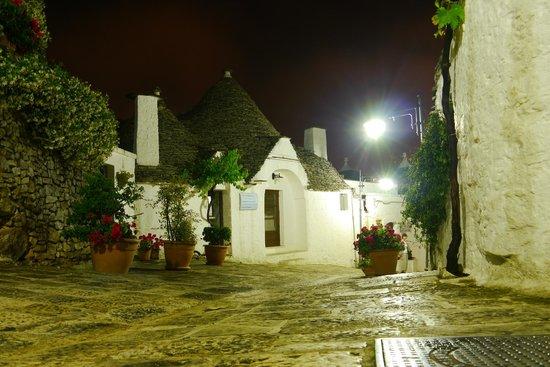I Trulli di Alberobello - World Heritage Site: 夜のアルベロベッロ
