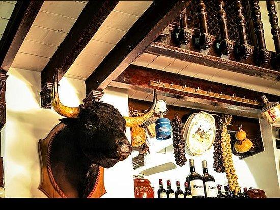 Antigua Bodega Castaneda : Distinguishable bull's head