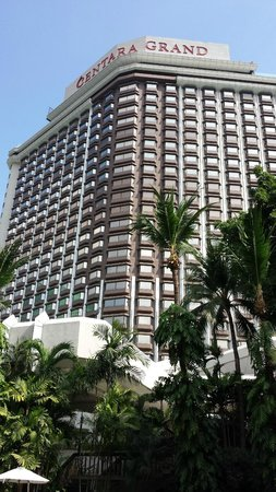 Centara Grand at Central Plaza Ladprao Bangkok : Hotel from the garden pool area