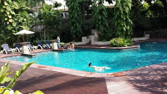 Centara Grand at Central Plaza Ladprao Bangkok : Swimming Pool - partly shaded