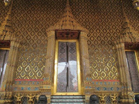 Temple of the Emerald Buddha (Wat Phra Kaew): Door of temple