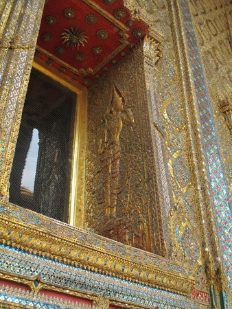 Temple of the Emerald Buddha (Wat Phra Kaew): Beautiful ornament covering the temple