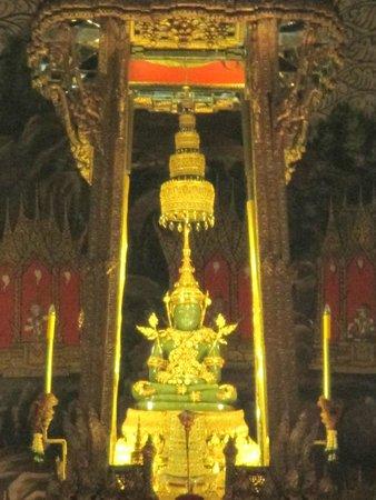 Temple of the Emerald Buddha (Wat Phra Kaew): The Emerald Budha Statue