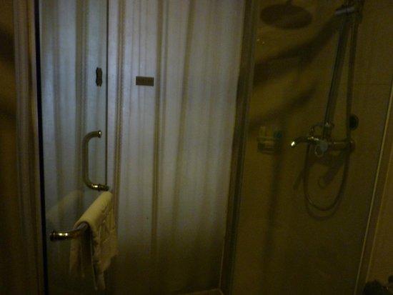 WanJia Oriental Hotel: Big enough shower room