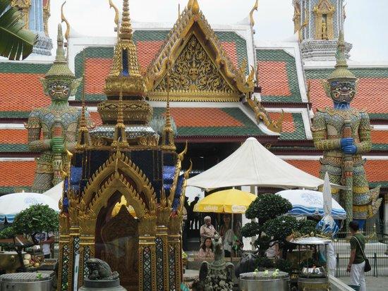 Temple of the Emerald Buddha (Wat Phra Kaew): The praying area (outdoor)