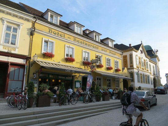 Hotel Restaurant zur Post: The hotel from the main square