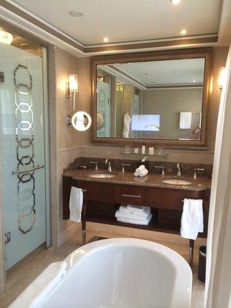 Waldorf Astoria Jerusalem: חדר האמבטיה המואר (טבעי) והמפנק