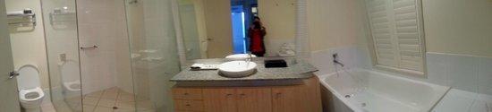 Pelican Waters Golf Resort & Spa: Bathroom suite