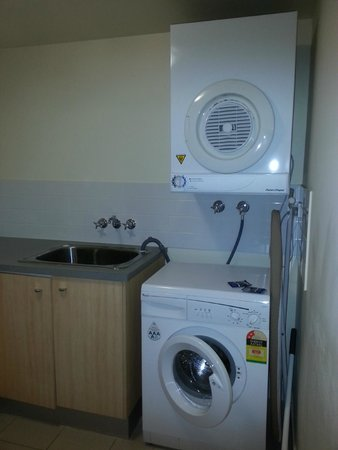 Pelican Waters Golf Resort & Spa: Washing machine and dryer room