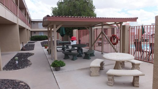 Econo Lodge Inn & Suites: outdoor sitting