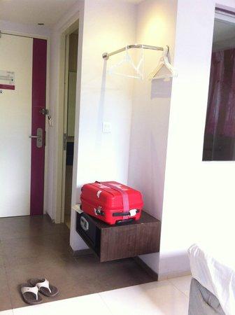 Primera Hotel Seminyak: Open Wardrobe