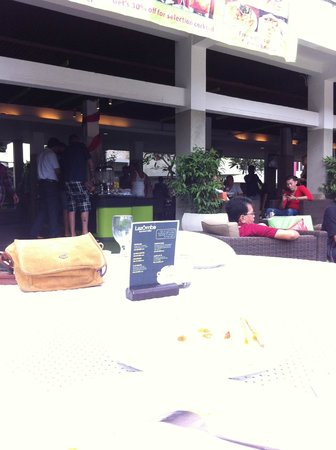 Primera Hotel Seminyak: Outdoor Breakfast Area