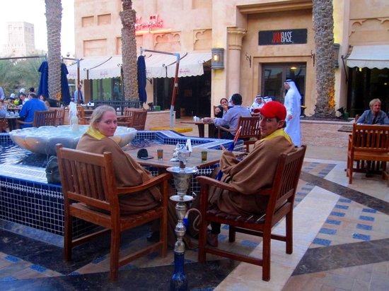 Souk Madinat Jumeirah : Des gens fument la chicha dans un café