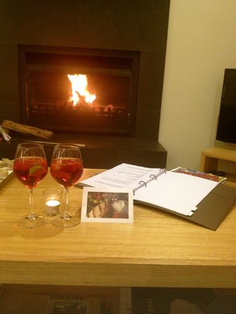 Spicers Vineyards Estate: Fireplace and complimentary cocktails + card