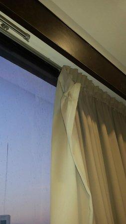 Hotel Sentral Johor Bahru: broken curtain pins