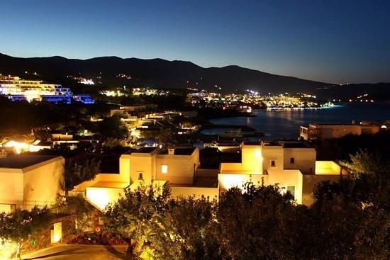 Tui Sensimar Elounda Village Resort & Spa by Aquila : Вид на ночную Элунду с балкона