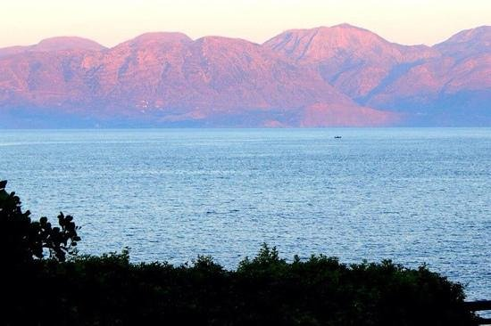 Tui Sensimar Elounda Village Resort & Spa by Aquila : Розовые горы на закате. Вид на залив из ресторана Мирабелло