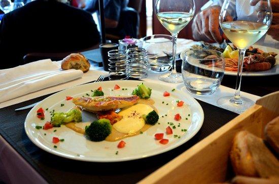 Restaurant des rochers : Rougets snackés, pâtes de noisettes grillées, brocolis et sabayon passion
