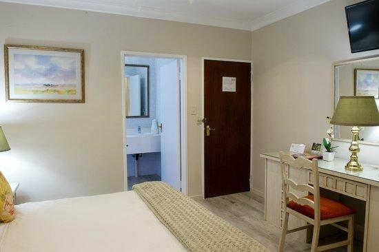 CedarWoods of Sandton: en-suite Bathroom