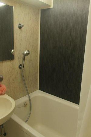 Hotel MyStays Asakusa: bathtub
