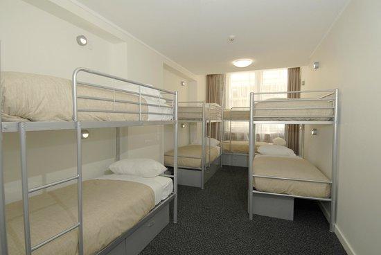 Base Backpackers: Base Sydney 8 Bed Dorm Ensuite