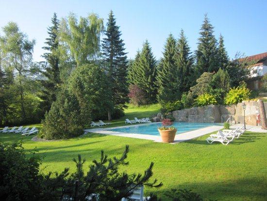 Hotel Ludwig Royal: Blick in den Garten mit Pool